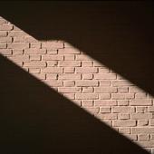 Solstrimma på tegelvägg
