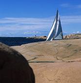 Segelbåt vid klippor
