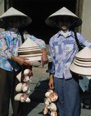 Flickor säljer hattar i Hanoi, Vietnam