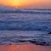 Vågor mot sandstrand
