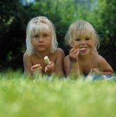 Flickor äter glass