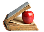 Rött äpple i gammal bok