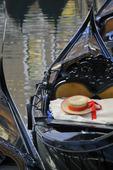 Gondolier är stråhatt i båten, Venedig