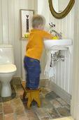 Barn på toalett
