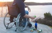 Handikappad i rullstol dricker alkohol