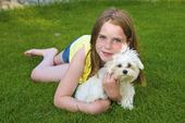 Flicka och hundvalp