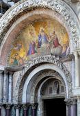 Huvudentrén till St Mark basilika i Venedig, Italien