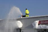 Snöskottning med snöslunga från tak