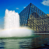 Glaspyramiden vid Louvren i Paris, Frankrike