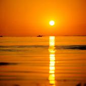 Motorbåtar i solnedgång
