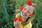 Flicka med blommor i håret