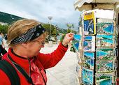 Turist vid vykort