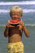 Pojke som äter melon