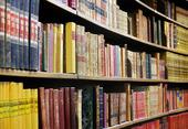 Gamla böcker i bokhylla