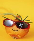 Glad lök med solglasögon