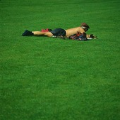 Man på gräsmatta