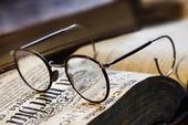 Läsglasögon på äldre bok