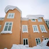 Snöigt hus