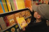 Pojke i bokaffär