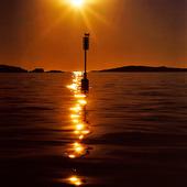 Sjömärke i solnedgång