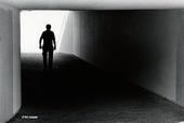 Man i gångtunnel