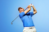 golfare skjuter en golfboll