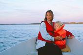 Mor och dotter i fritidsbåt