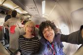 Selfie av ett par i flygplan