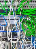 Ethernet-kablar som är anslutna till Internet Switch.