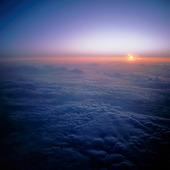 Solnedgång ovan molnen
