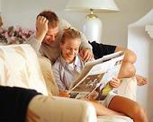Par läser tidning