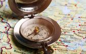 Gammal kompass på karta