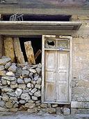Gammal trä dörr till sten hus