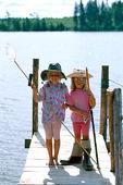 Flickor på brygga med fiskeredskap