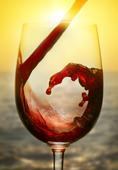 Rött vin i solnedgång
