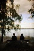 Ensamt par på bänk i naturen