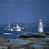 Fiskebåt vid Eggskärs fyr, Bohuslän