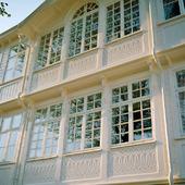 Fasad med mycket fönster