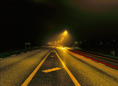 Landsväg i kvällsdimma