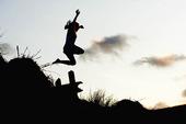 Barn som hoppar i naturen