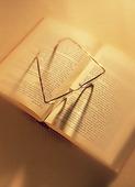 Läsglasögon på bok