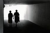 Två äldre damer i gångtunnel