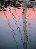 Segelbåt speglas på vattenyta