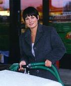Kvinna på bensinstation