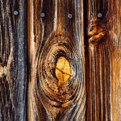 Kvistmärke på gammal träfasad
