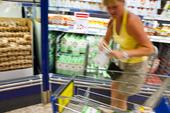 Kund i livsmedelsbutik