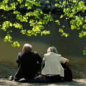 Äldre par i park