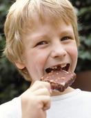 Pojke äter glass
