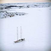 Infrusen segelbåt i skärgård