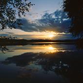 Solnedgång vid insjö, Värmland